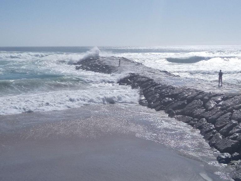 caparica-waves-at-pier
